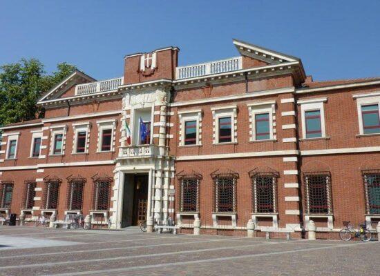 Foto della piazza e del palazzo del tribunale di Varese