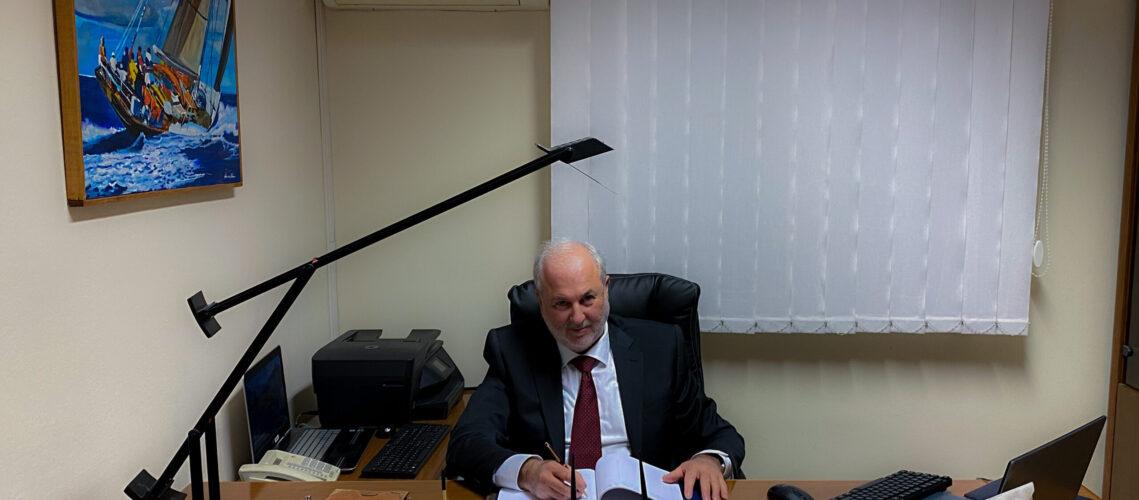 Foto del dott.Grillo al lavoro nel suo studio di commercialisti a Varese
