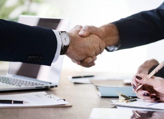 Commercialisti che si stringono la mano per un accordo